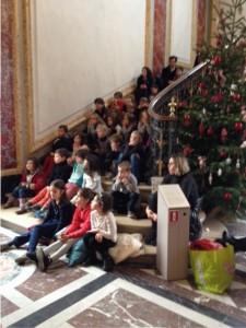 Les enfants écoutent les contes au pied du sapin.